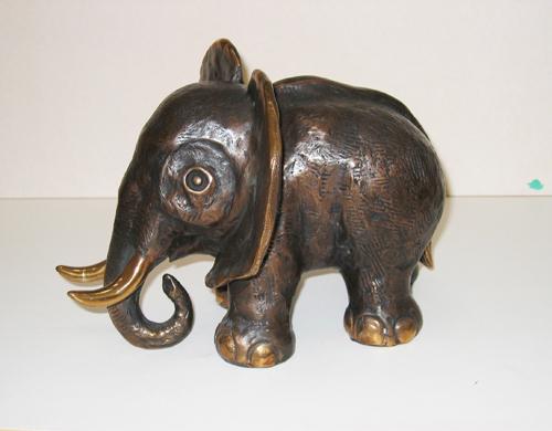 Kumpf Kleiner Elefant mit Stoßzähnen