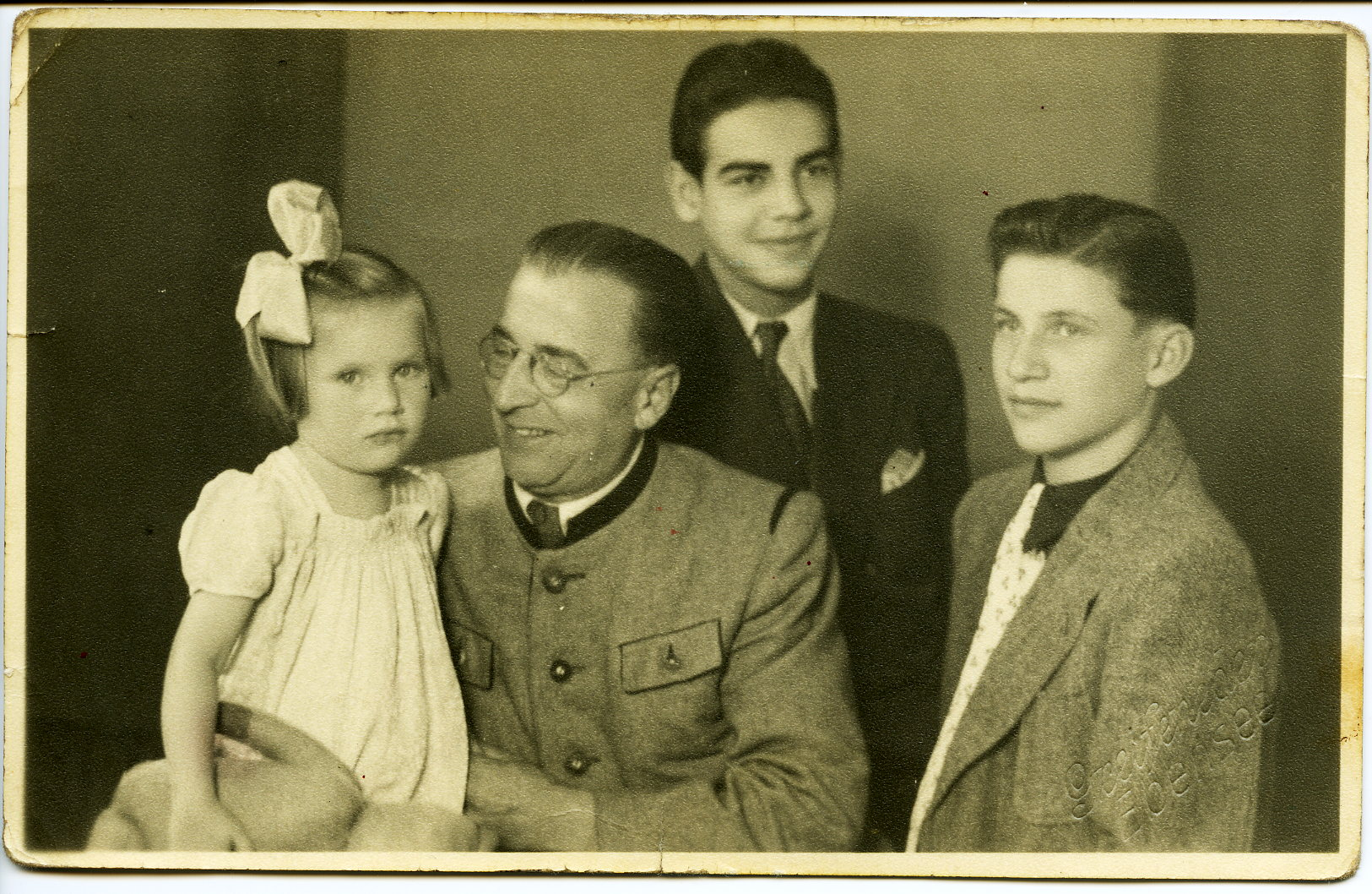 1947 mit Vater, Bruder und kleiner Schwester