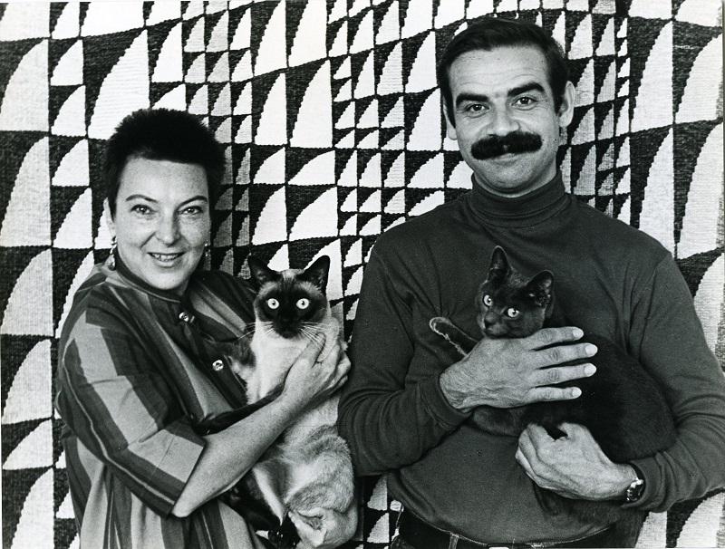 Gottfried Kumpf im Wiener Atelier mit Maria Placky entworfener und gewebter Gobelin