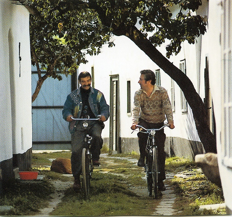 Gottfried Kumpf Gottfried Kumpf und Alfred Komarek fahren mit dem Rad durch den Streckhof in Breitenbrunn