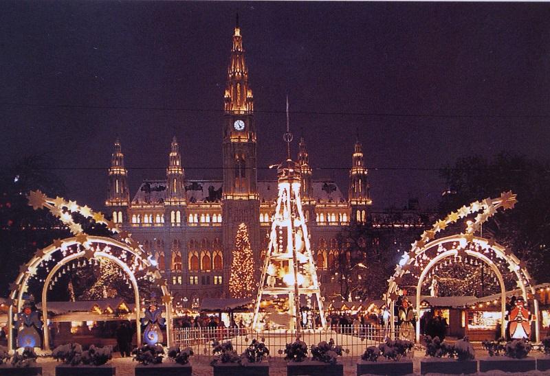 Gottfried Kumpf Weihnachtspyramide und Schwibbögen vor dem Rathauspark an der Ringstraße zur Weihnachtszeit