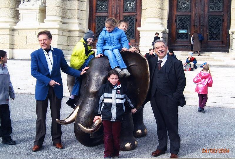 Gottfried Kumpf Kinder stürmen den Elefanten vor dem Naturhistorischen Museum