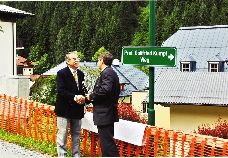Gottfried Kumpf Gottfried Kumpf mit Bürgermeister Josef Schwarzbacher nach 75 Jahren vor seinem Geburtshaus